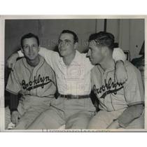1941 Press Photo Brooklyn Dodgers' Dixie Walker w/ pitchers Kirby Higbee & Hugh