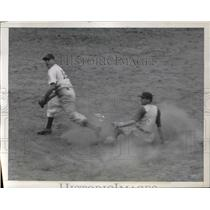 1941 Press Photo Stan Hack of the Cubs beats Pee Wee Reese's throw to Billy