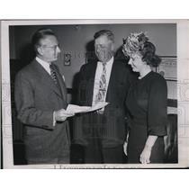 1947 Press Photo Judge John Sbarbaro having conversation w/ White Sox coach
