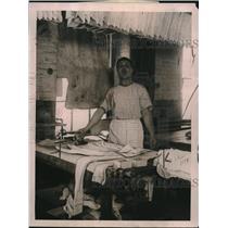 1922 Press Photo Giuseppe Argentino at Brooklyn, NY laundry facility