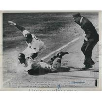 1951 Press Photo White Sox Vern Stephens Tags Senators Gene Verble, Boston Game