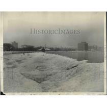 1924 Press Photo Chicgo, Ill Lake Michigan frozen during a cold snap near 57th