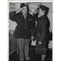 1942 Press Photo WAAC Elizabeth Gage salutes husband Lt Col John Gage