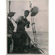 1921 Press Photo Sailor Man with Cash Salvaged from Safe on The Isis