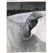 1952 Press Photo Carl Soens After Digging 7-Foot Trench In Record Blizzard