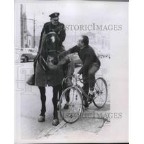 1957 Press Photo Race champion Pietvan Kempen, 58 talking to Patrolman Williams