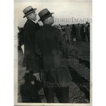 1929 Press Photo Harry K. Thaw with bodyguard in Mitchel Field wait for Bremen