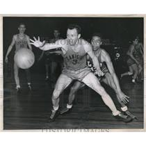 1946 Press Photo NYC, Tommy Niland of Canisius vs Elmore Collins of L.I. Univ