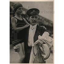 1923 Press Photo Katherine O'Brien with commodore Lee Edwards of yacht club.