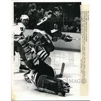 1989 Press Photo Chicago Blackhawk Alain Chevrier vs Red Wings Steve Yzerman