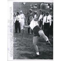 1959 Press Photo Bertha Chiu practicing a throw during the Inter-American games.