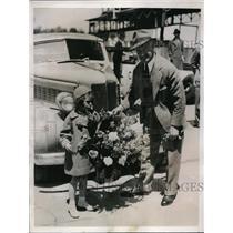 1937 Press Photo Bouquet for De Palma - nes14885