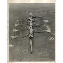 1929 Press Photo Cambridge Univ. crew shooting along under the Putney bridge.