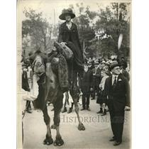 1917 Press Photo Mrs. Frank Wiborg riding a camel - nex08044
