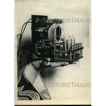 1924 Press Photo Smallest radio set built by PF McGuire