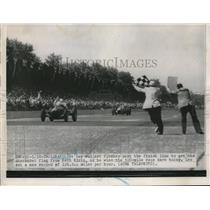 1951 Press Photo Lee Wallard flashes past the finish line to get the checkered
