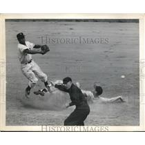 1949 Press Photo Jim Russel vs Giants HEnry Thompson ump Babe Pinelli