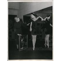 1937 Press Photo Miss Margaret Sand & Florence Rogge for last minute instruction