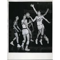 1961 Press Photo B. Fodorko of the undefeated basketball team startle Pottsville