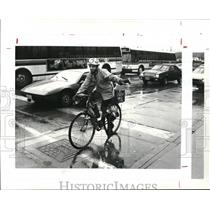 1986 Press Photo Marty Cooper rides bike to work all year including winter