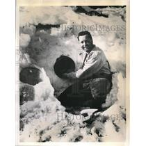 1945 Press Photo Squadron leader Fred Smith spent over a week in a frozen lake