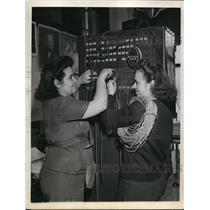 1943 Press Photo Women in the electricians field are E. Winchell and R. Cadwell