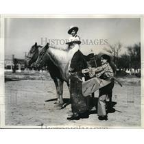 1935 Press Photo La Vie Kilman, Carrolyn Durham Help Cowboy Santa Claus Ride