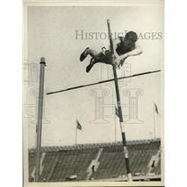 1929 Press Photo Williams of So Cal at pole vault in AAAA meet in Pa - nes20977