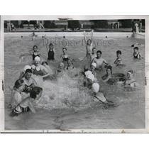 1934 Press Photo Kids Swimming, Splashing Cumberland Ave Pool, Cleveland Heights