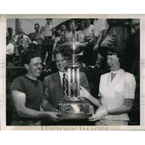 1949 Press Photo NYC Victor Scott gets trophy from Mr & Mrs Geo Mikkelsen