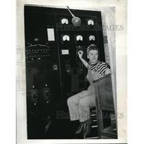 1943 Press Photo Barbara Dunn Controls Furnace Watertown Arsenal Steel Factory
