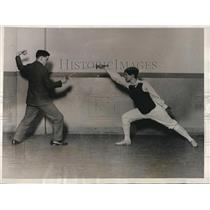 1927 Press Photo Coach Kenneth Hawthorne & Dorothy Quiggle at MIT fencing