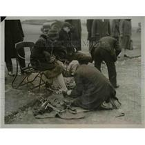 1927 Press Photo Young enthusiast having their skates fixed at Hampstead Heath