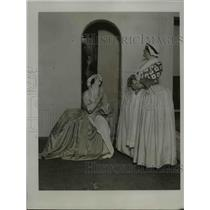 "1923 Press Photo Ms. Lilian Davies & Ms. Wi nifred Hare rehearsing for ""POLLY"""