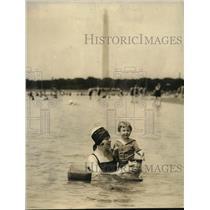 1922 Press Photo Mrs. Lois E. Messenger & Daughter Betty in Balsar Surf Chair