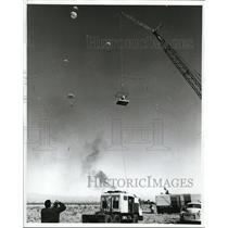 1963 Press Photo ABC-TV camerman at Las Vegas parachute contest
