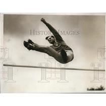 1932 Press Photo Paul Riesen Swiss high jumper at La Olympic practice