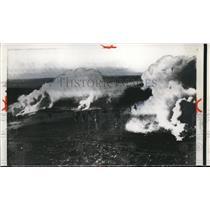 1956 Press Photo Under the heavy smoke screen Israeli troops cross the border