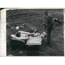 Press Photo shepherd & bathing guests with the cards he at mt spa - KSB57833