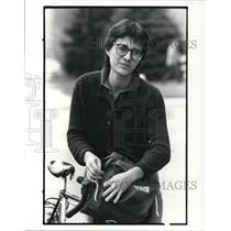 1985 Press Photo Loretta Pshniak in front of Goodwill Store in Salem with bike
