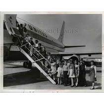 1989 Press Photo Children boarding 737 Jet Plane