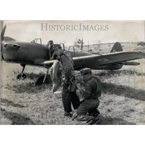1963 Press Photo Soldiers in front of plane.