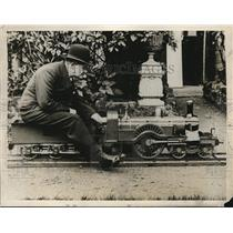 1929 Press Photo All Aboard! W.E.L. Day, an English Railroad Engineer Built a Mi