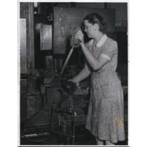 1941 Press Photo Cleveland woman working at Thompson Products Co