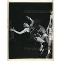 1946 Press Photo George Cheverko of Fordham vs W Ky during a tournament game