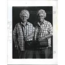 1999 Press Photo Vina and Vidda Sheppard Bean weari the same clothes, twins