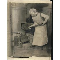1916 Press Photo Margaret Duncan loading coal into a furnace