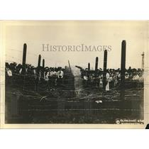 1918 Press Photo Demonstration to govt of machine to cut barb wire