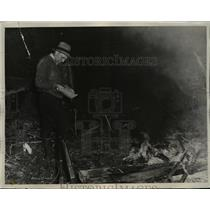 1940 Press Photo Henry Hank Haskins and his father kill a moose to feed builders