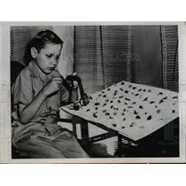 1945 Press Photo Moline Ill Tommy Johnson 13 tying flies for fishermen
